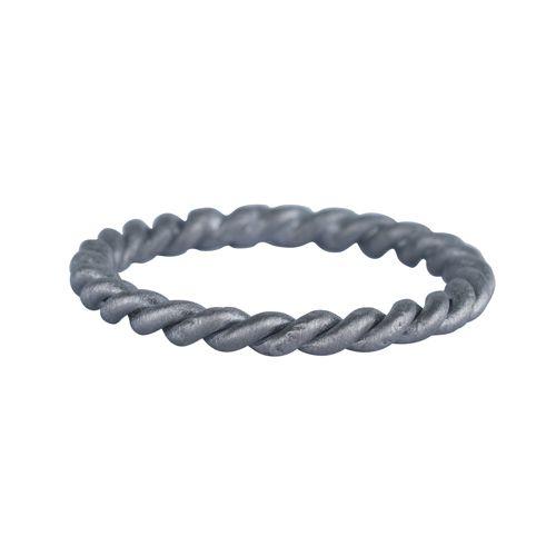 Fin snoet ring i et enkelt design. Ringen kan bæres alene eller sammen med andre ringe. 499 kr.