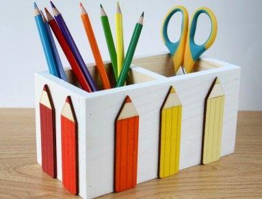Dřevěný ručně malovaný stojánek na tužky doplněný o malované výřezy pastelek.  Vnější rozměry: 18 x 9 x 9 cm. Možno použít na tužky, pastelky, štětce, příbory... Malováno akrylovými barvami. Praktický dárek a zároveň milá dekorace do dětského pokojíčku.