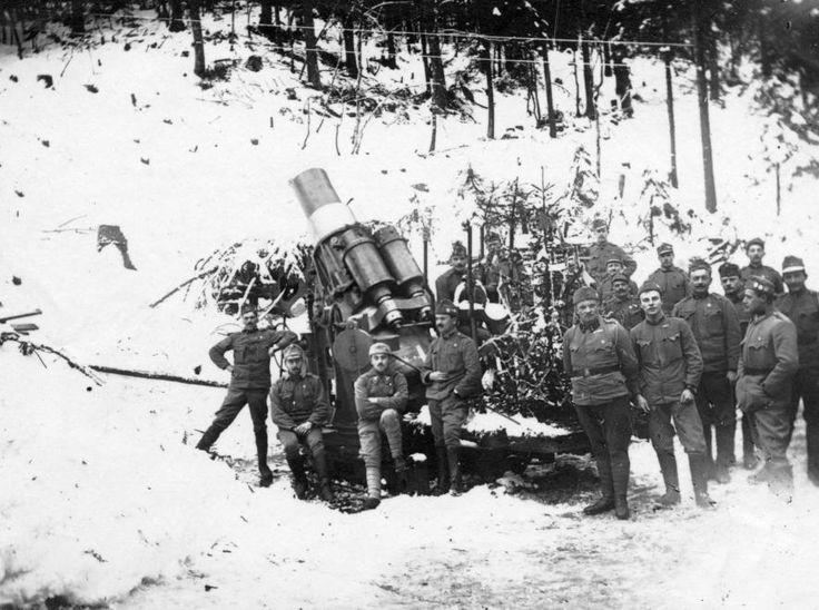Frontkarácsony. Osztrák-magyar katonák az olasz fronton és egy 30,5-es Skoda mozsárágyú, a lövegtalpon egy karácsonyfával. (Forrás: Fortepan)