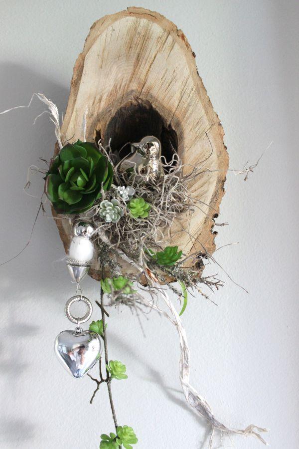 WD62 – Einzigartige Wanddeko! Unikat! Ausgehöhlte Baumscheibe natürlich dekoriert mit einem Edelstahlherz auf Quaste, einem Vogel im Kunstmoosnest und künstlichen Sukkulenten! Preis 39,90€