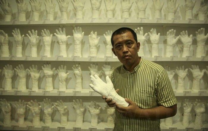 Myanmese artist and former political prisoner, Htein Lin immortalises 1000 of Myanmar's political prisoners.