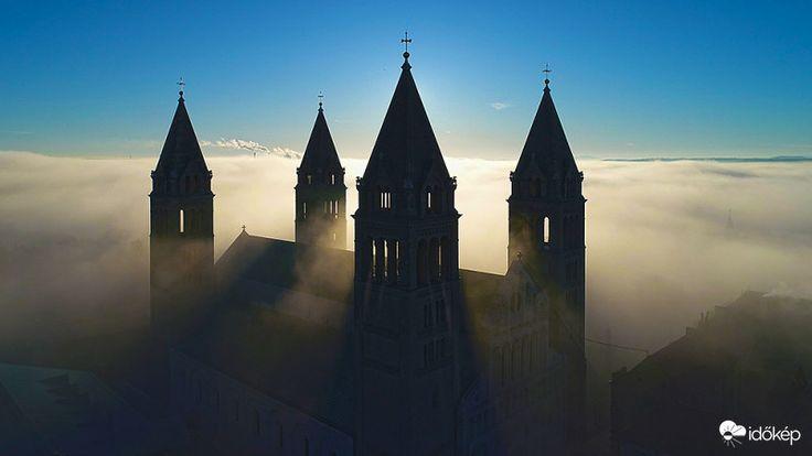 Beúszott a köd Pécs fölé