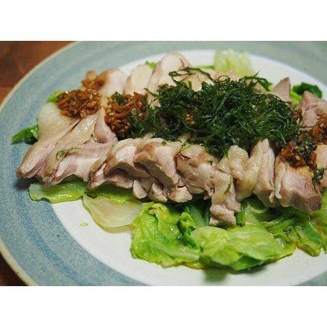 fujifab12 on Instagram pinned by myThings 茹で鶏は胸もももも大好きです。(もが4個続くとミスタイプみたい)  お酒と鶏ガラスープのもと、生姜を入れて茹でて 茹で汁はスープへ✨  弱火でフタして10分〜茹で汁の中で冷ますと やわやわ美味しくなりますよ  #管理栄養士#dietitian#ヘルシー#healthy#food#foodpic#feedfeed#夜ごはん#おうちごはん#dinner#鶏肉#鶏もも肉#茹で鶏#chicken#文山窯