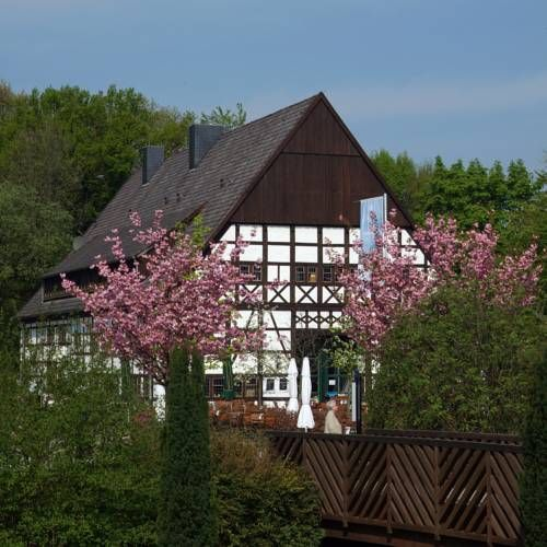 Hotel Restaurant Hof Hueck Bad Sassendorf This 3-star hotel enjoys a scenic location in the spa park of Bad Sassenhof. Regional Westphalian dishes are served in Hotel Hueck's traditional restaurant or in the quiet beer garden.