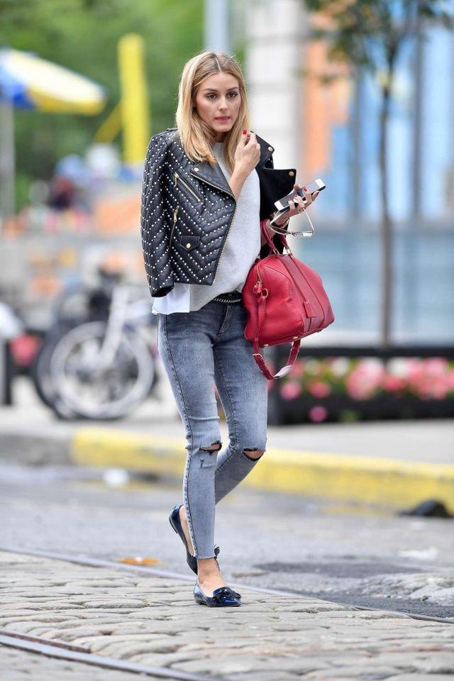 Olivia Palermo | Jeans | Camiseta branca | Jaqueta de couro com tachas | Bolsa vermelha