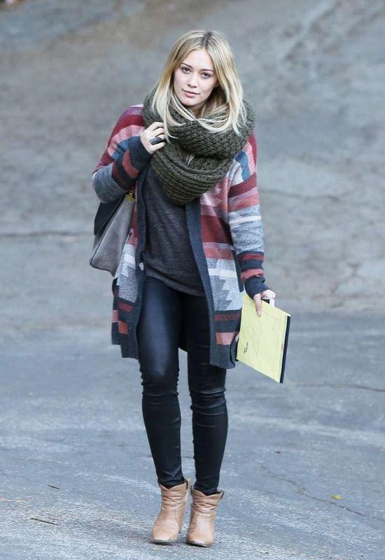 Hilary Duff es una amante de las bufandas y fulares XXL.  En tono verde militar, y con dos vueltas sobre el cuello, apuesta por el tejido más hot: el punto.