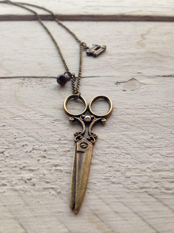 Collana bronzo in stile vintage con ciondolo forbice e piccola macchina da cucire