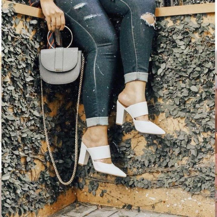 Dá o play para conferir uma dica express de como usar Mule - o sapato da temporada!  - Esse modelo de bico fino e salto alto da @vizzano_oficial está super na moda e fica lindo nos looks de meia estação!  . #FashionFrisson #CausouFrisson #Mule #Shoes #SOTD #TrendAlert