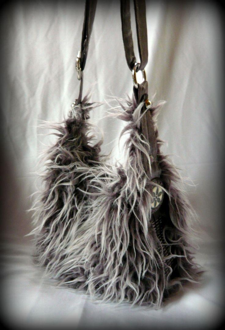 """Mini """"Yeti"""" táska -Handmade by Judy Majoros: Hosszú szőrű lila műszőrméből készült ez a kis méretű bohém táska. Két oldala pamutszatén féle anyagból készült, ami ezüst színű kör alakú díszítést kapott. Pántja állítható, így kézben, vállon, és keresztben is hordható. Belseje Lila pamutszövettel bélelt, díszített, egy cipzáros, és egy rávarrt zsebet kapott. A táska két mágneszárral záródik."""