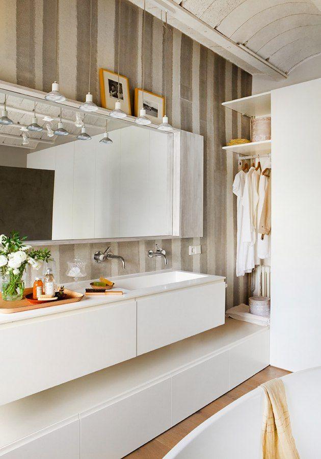 Изысканная ванная комната в рустикальном стиле.  Открытое пространство, голый бетонный потолок. ручная #роспись стен в полосочку, белые чистые линии #ванной, шкаф, кое-где – богатое, важное красное дерево. Деревянный #пол в ванне добавляет тепла в пространство комнаты. #сантехника #тренд #раковины  Лайк ? ❤