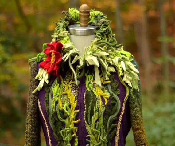 Eine einzigartige mittelschwere Pullover Mantel mit Stil gerade aus einem Märchen wird von Hand gefertigt. umfunktionierten Wolle und Mischfasern Pullover, Vintage-Stoffen und verziert mit gefilzten Blumen, Perlen, gefilzte Details und Perlen. Ein von einer Art Fantasy Öko-Kleidung von