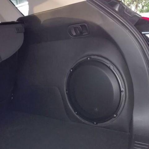 Agregar #subwoofer en su #vehículo si utilizar el área de carga, es posible en #audiovoltzpty #custom ...