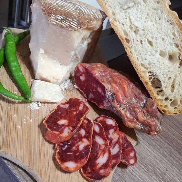 One of the reasons we love #italy a lot. 📷 via @la.vecchia.posta (our favourite restaurant in #calabria ) . . . . #wineanddine #wineandcheese #foodandwine #cheeseandwine #vin #vino #vinho #vinhoequeijo #wine #wein #queijoevinho #delicious #drinks #food