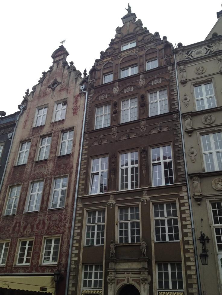 Old Windows in Woods , New Windows in Pvc. Centro storico di Danzica in Polonia, le finestre in Pvc sono le più utilizzate. La Vf2 serramenti utilizza per le vostre finestre in PVC i profili Veka i N.1 in Europa. www.serramentipvctorino.it