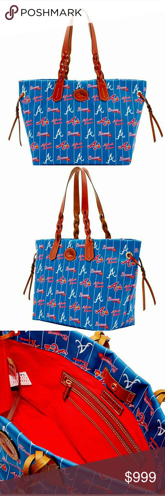 """DOONEY & BOURKE MLB BRAVES SHOPPER DOONEY & BOURKE MLB BRAVES SHOPPER  DESCRIPTION Braves Shopper H 6.75"""" x W 11.25"""" x L 11.25"""" One inside zip pocket. One inside pocket. Cell phone pocket. Inside key hook. Strap drop length 10"""". Lined. Snap closure. Nylon fabric. Officially licensed by Major League Baseball Properties, Inc. Major League Baseball trademarks and copyrights are used with permission of Major League Baseball Properties, Inc Team pride is in full swing on our MLB Nylon Collection…"""