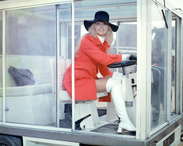 Mireille Darc on the set of Elle boit pas elle fume pas elle drague pas mais elle cause directed by Michel Audiard/ Film Gaumont