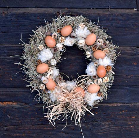 Nejen ve venkovské chalupě oceníte věnec vyrobený ze sena, zavěšený třeba na vchodové dveře. Dozdobený je vyfouknutými nebarvenými vejci, hoblinami, ovčí vlnou, dřevěnými plody a lýkem. Průměr věnce je 35 cm a cena 230 Kč; Fler