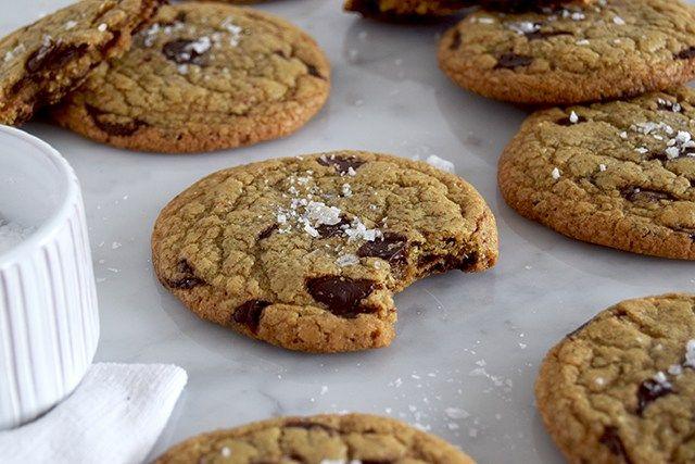 De bedste chocolate chip cookies. Sprøde i kanten og helt chewy og svampede i midten. Proppet med masser af rigtig god chokolade og drysset med salt-flager. Så bliver en chokolade-cookie ikke bedre…