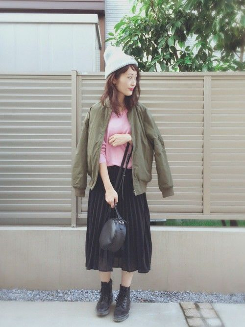MA1をピンクニットやプリーツスカートでガーリーに。 ニット帽もポイント いつも見て頂きありがと