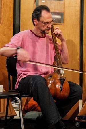 Marco Antônio Guimarães inventou os instrumentos Aqualung, Nastaré, Panelário e Tampanário