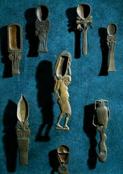 Antik Mısır'da kullanılan kozmetik kaşıkları. Günlük kullanılan eşyalar bile ne kadar estetik.   Ekleme: Kaşıklar ölçüm için kullanılırdı. Bununla birlikte tıp alanında da bu kaşıklardan yararlanıldı. Antık Mısır,18. Hanedanlık dönemi. Mö. 1550-1292