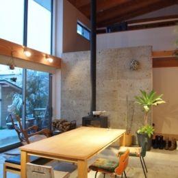群馬県邑楽町・土間リビングの家|A houseの部屋 吹抜けの土間リビング