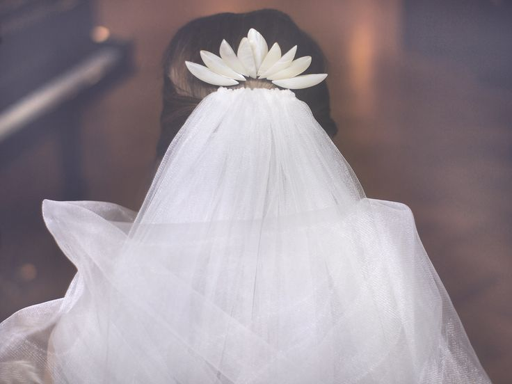 Misaki is pearly crown reminding lotus flower for all brides with love for nature, sea and simplicity.