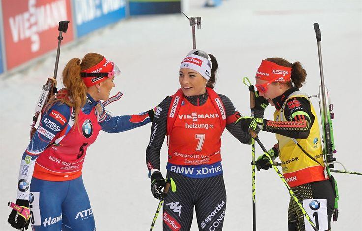 V CÍLI. Závod s hromadným startem v Novém Městě na Moravě ovládla Gabriela Koukalová (vlevo). Druhá doběhla Laura Dahlmeierová (vpravo), třetí Dorothea Wiererová.