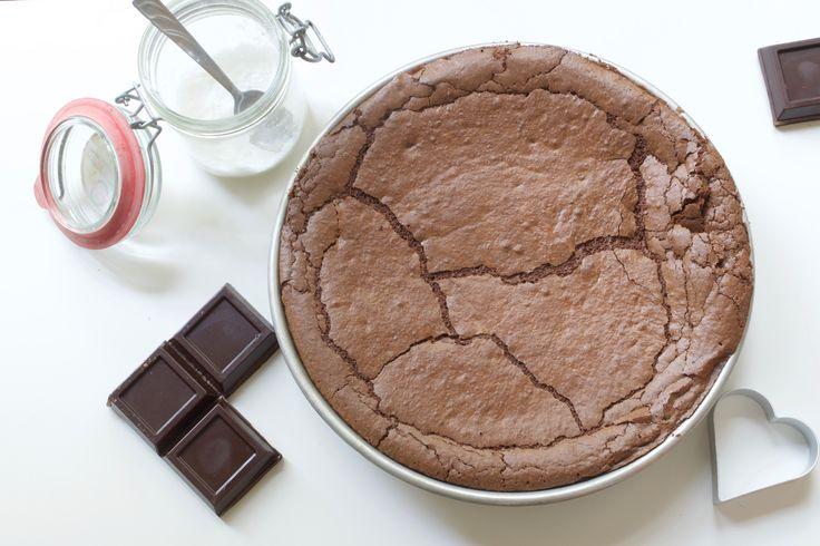 Ecco la ricetta della torta tenerina Bimby, una torta ferrarese. 5 ingredienti per una torta al cioccolato senza lievito, senza farina, senza glutine.