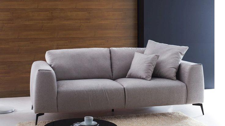 Zestaw wypoczynkowy na nóżkach, tapicerowany w kolorze szarym. Mała, zgrabna sofa idealnie wpasuje się w każde wnętrze.