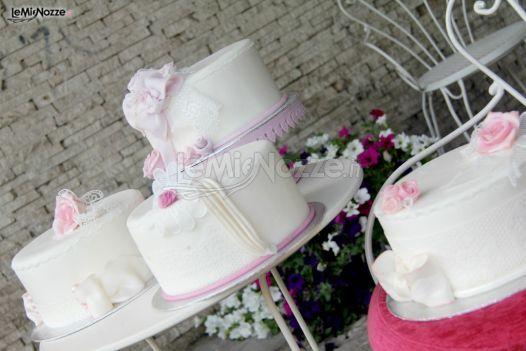 http://www.lemienozze.it/gallerie/torte-nuziali-foto/img32712.html Delicate torte nuziali bianche con decorazioni sulle tonalità del lilla