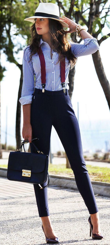 Acheter la tenue sur Lookastic: https://lookastic.fr/mode-femme/tenues/chemise-de-ville-pantalon-slim-escarpins/20249   — Chapeau de paille blanc  — Bracelet doré  — Montre dorée  — Chemise de ville à rayures verticales blanche et bleue  — Bretelles bordeaux  — Pantalon slim bleu marine  — Sac bandoulière en cuir bleu marine  — Escarpins en cuir pourpres foncés