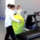 Idiota con cinta de correr