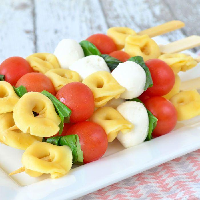 Leuk voor een picknick, buffet of gezellige borrel: pasta salade spiesjes! Je hebt ze zo gemaakt en zijn ontzettend lekker, recept op het blog!