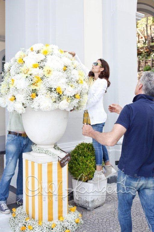 La realizzazione degli addobbi floreali all'esterno della chiesa per un matrimonio dai colori del sole | Cira Lombardo Wedding Planner