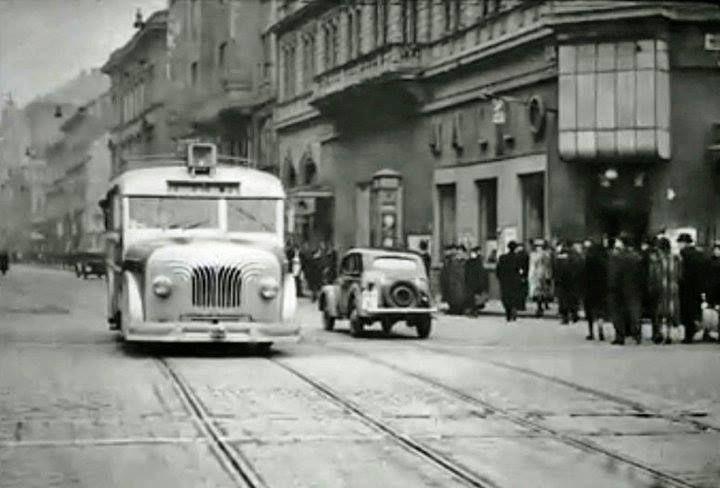 1942. A Hallo Büfé a Király utca és az Erzsébet körút sarkán. A Harcsabusz ekkor sínbuszként funkcionált. A háború miatti gumihiány miatt tolták ezeket a sínekre.