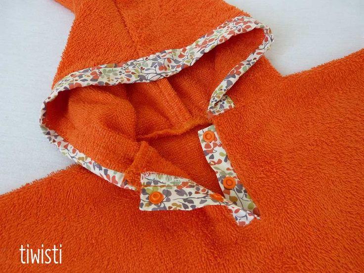 Sortie de bain/ poncho de bain avec capuche, orange brique, motif étoile en liberty