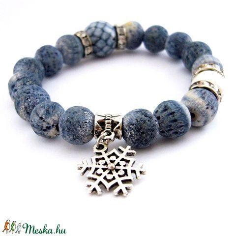 Hófelhő... - fagyos kék és fehér ásvány karkötő festett korallból (ButterflyJew) - Meska.hu