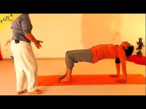 Introducción al Yoga para principiantes 55 min. Muy hermosa forma de dar la clase, además podrás formarte una pequeña idea de en qué consiste la práctica del Yoga y cómo te puede beneficiar.
