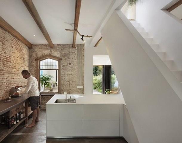 strak wit + houten meubel Muur in keuken van stenen schuur