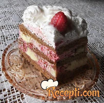Recept za Šnit kolač sa malinama. Za spremanje poslastice neophodno je pripremiti jaja, šećer, brašno, gustin, kakao, vodu, prašak za pecivo, puding, maline, čokoladu, šlag.