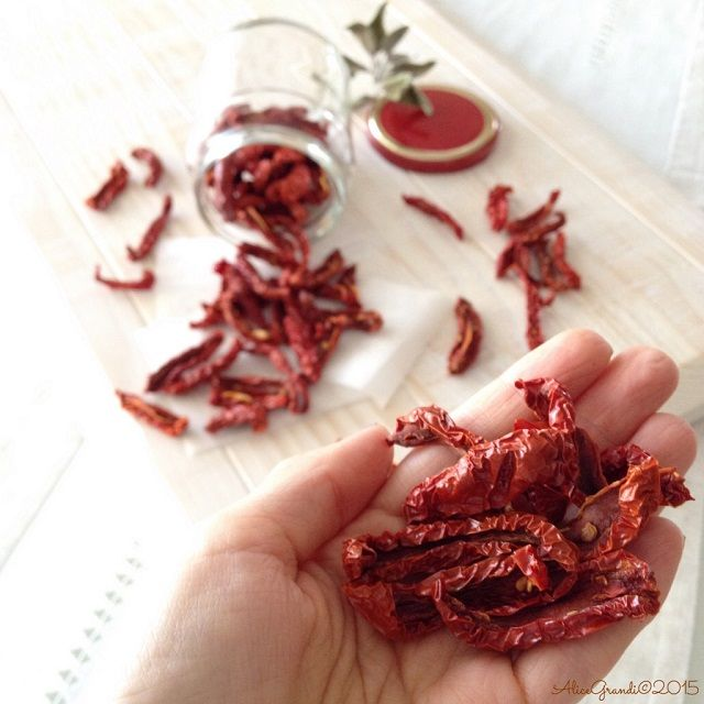Pomodori secchi fatti in casa, con l'essiccatore How to make your own dried tomatoes in a dehydrator | RicetteVegolose