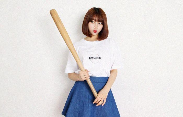 ボールプリント半袖Tシャツ - OLDMICKEY - 使いやすいシンプルな半袖Tシャツをご用意しました。 バストラインい施したボールプリントが可愛いポイントに☆ デニム、スカート、ワイドパンツなどお手持ちのボトムと好相性です。 いろいろなシーンで活躍してくれるカジュアルアイテムです。