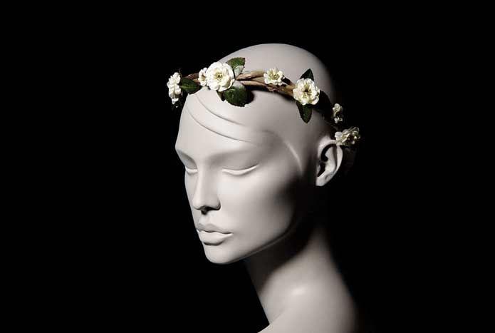 Wicked; oyuncu İpek Yaylacıoğlu'nun  tasarımlarından oluşan bir markadır. Her ürün tamamen el işi ve tek adet üretilmektedir.  Beyaz Kır Çiçekleri Dallı Gelin Tacı; el yapımıdır. Doğal dallar üzerine ithal yapay ekru kır çiçekleri kullanılarak tek adet üretilmiştir.   Kurdele ile saça sabitlenir. Standart boydur. İstenilen şekilde kullanılabilir.   Kır ve bohem düğünler için idealdir. Yıkanmaz.