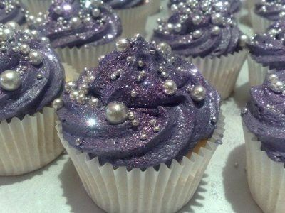 I would love to have a cupcake display filled with these cupcakes <3 so sparkly!