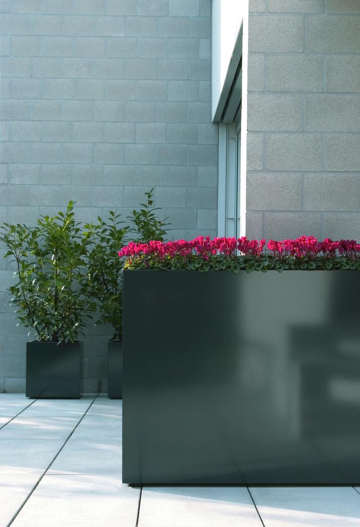 Odporne  na wszelkie warunki zewnętrzne donice Flowerbox - idealne do postawienia na tarasie przed siedzibą Twojej firmy.