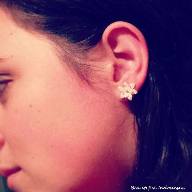 925 sterling silver flower earring from Jogjakarta Modell: Alexa Piri  https://www.facebook.com/groups/beautiful.indonesia.kiegeszitok/