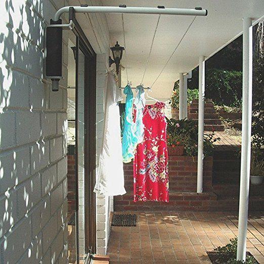 外で干した洗濯物は、やっぱりなんだか気持ちいい!日光と風、自然の力で乾かされたタオルやシャツって、どうしてあんなに使い心地が良いんでしょうか。 外で洗濯物を干すのであれば、折角ならおしゃれな物干しを使いたいですよね。 今回は、ベランダや屋外で使える、おしゃれな洗濯物干し用品のおすすめ12選をご紹介します! 屋外&ベランダで使えるおしゃれな壁面物干し 壁に直接設置可能!優秀な折り畳み物干し お家の外壁や塀に直接設置が可能、従来の日本的な物干しには飽き飽きという方には、欧米風のデザインでおしゃれなこちらの折り畳み物干しをおすすめします。 置き型とは違い、庭の景観を邪魔しないのがおすすめポイント。 使わないときにはロックを外して下方向に折り畳み、使う時には持ち上げてロックをかけるだけという手間いらず。ずっと外に置いていても壊れにくく、耐久性も抜群です。 Amazonで見る 楽天で見る ベランダの壁に付けられる無駄のない物干しロープ これぞ次世代の物干し!今までのように物干し台や竿などを必要とせず、壁に付ける本体とロープだけでたくさんの洗濯物が干せる物干しロープの誕生です!…