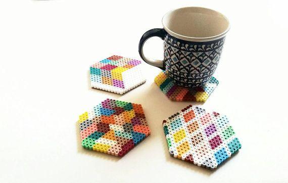 Original posavasos de colores geométricos Perler por BunInTheOvenCo