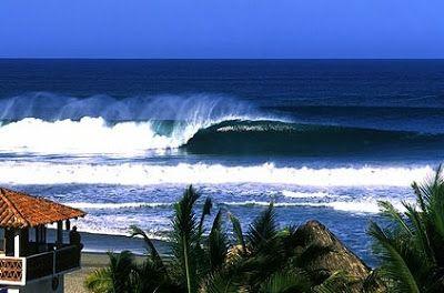 Puerto Escondido, Oaxaca (Oceano Pacifico)........ Meta di surfisti e viaggiatori con zaino in spalla è una località ancora poco costosa e rilassante anche se ha perso con il tempo quella sua aria romantica e sognatrice che tanto la caratterizzava fino a un decennio fà. La spiaggia più adatta per fare surf è quella di Zicatela.